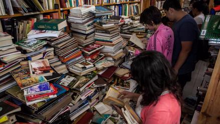 Los amantes de la lectura hacen fila para salvar libros de entre los escombros en México