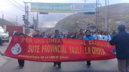 La Oroya: profesores marcharon por la Carretera Central por descuentos