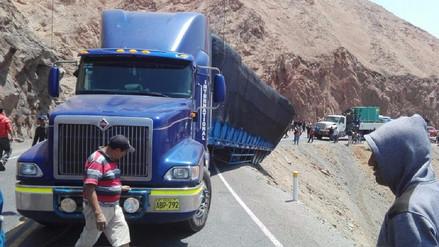 Tráiler restringe paso por Carretera Panamericana Sur en Arequipa