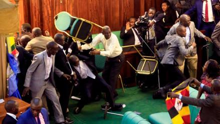 Peleas en Parlamento de Uganda por reforma constitucional