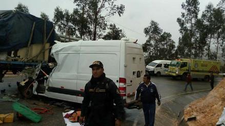 Un muerto y ocho heridos dejó choque de unidad del INPE con tráiler