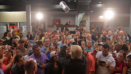 Donald Trump visitó Puerto Rico y tiró toallas de papel a damnificados