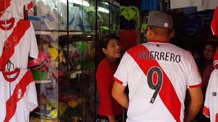 El precio de las camisetas de Perú se triplicaron en Huancayo