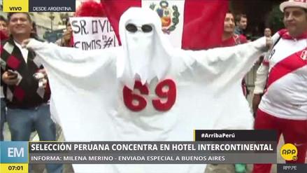 Hinchas alientan a la Selección Peruana en las afueras de su hotel en Buenos Aires