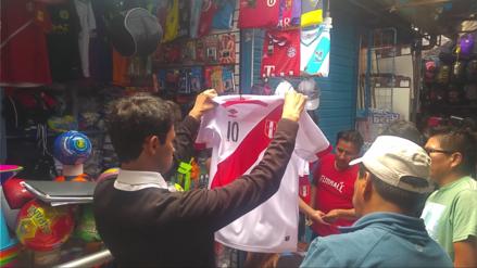 Precios de camisetas se triplican a pocas horas de partido Perú-Argentina