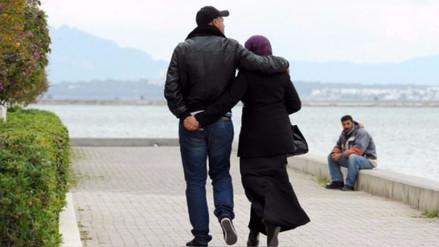 Condenan a prisión a una pareja por besarse dentro de un auto en Túnez