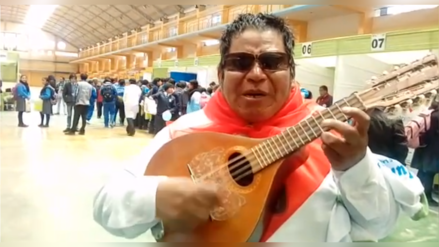 Poblador alienta a la selección peruana al ritmo de charango