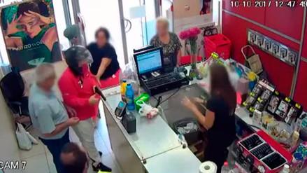 Video | Una señora y un jubilado frustraron un asalto a mano armada en una farmacia