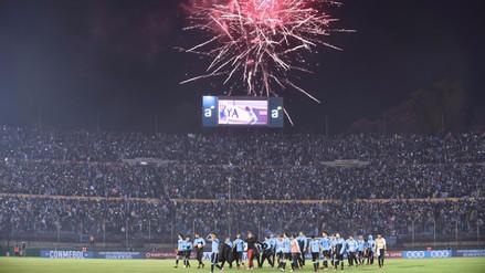 Hinchas uruguayos celebraron en el Centenario el repechaje de Perú