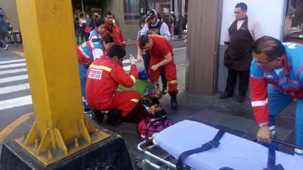 Bomberos rescataron a ciudadana que se desmayó en la Av. Abancay