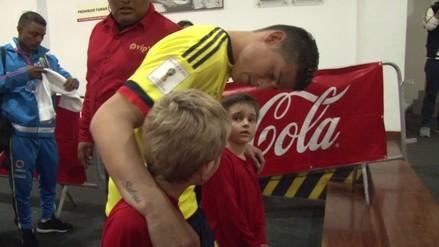 La sencillez de James Rodríguez con dos niños peruanos en el Estadio Nacional