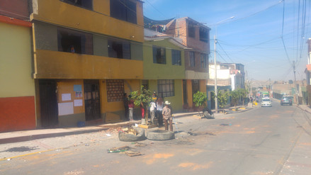 Delincuentes atacan a vecinos que apoyaron a anciana desalojada en Socabaya