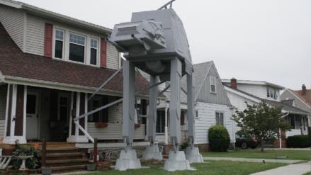 Mecánico construyó un acorazado de Star Wars en su jardín