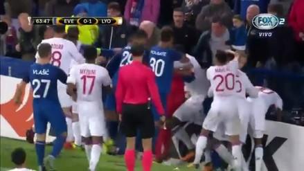 Jugadores e hinchas se pelearon en pleno Everton vs. Lyon por la Europa League
