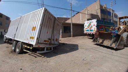 Camión cargado de aceite se hunde en calle de José Leonardo Ortiz