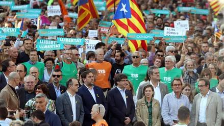Autoridades y miles de catalanes se manifiestan contra el Gobierno