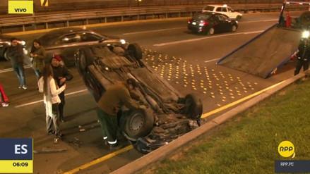 Un coche se volcó y terminó de cabeza en la Vía Expresa Javier Prado