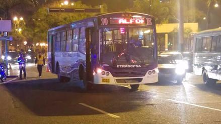 Bus de transporte público quedó varado en el Ovalo de Miraflores