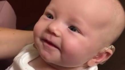 La tierna reacción de una bebé al escuchar por primera vez