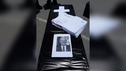 Trabajadores del Poder Judicial queman ataúd con rostro de presidente