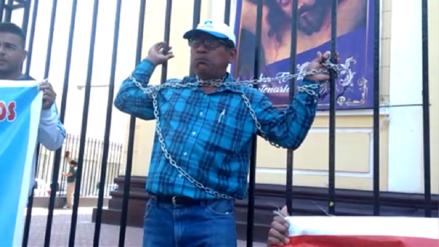 Trabajadores en huelga de UNPRG se encadenaron en Chiclayo