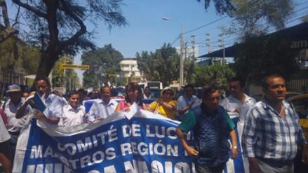 Grupo de docentes acatan paro para exigir devolución de descuentos