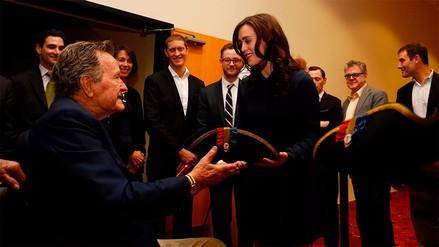 George Bush padre pidió disculpas luego de que una actriz lo acusó de tocamientos indebidos