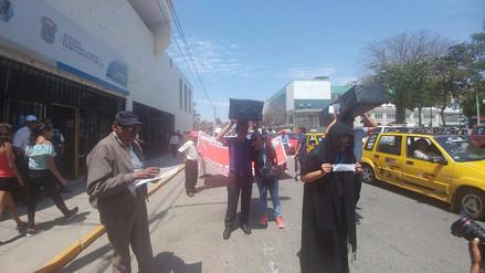 Trabajadores de UNPRG realizan marcha fúnebre al cumplir 12 días en huelga