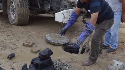 Pobladores arrojan piedras, basura y grasas a la red de alcantarillado