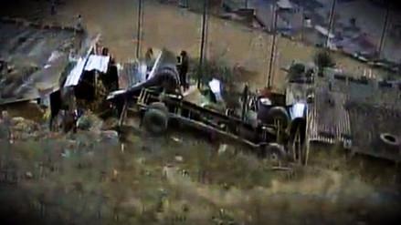 Un camión volcó y destruyó parte de una vivienda en Villa María del Triunfo