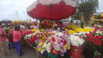 Gran demanda de flores en exteriores de cementerio El Carmen de Chiclayo