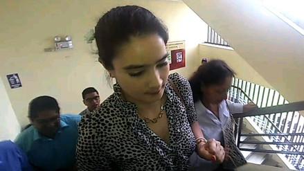 Katiuska del Castillo y su madre asistieron al Poder Judicial para control de firmas