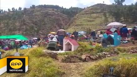 Cusqueños conmemoran el 'Día de los Muertos' en cementerio de Huanro