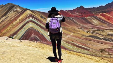 Una montaña de colores en el cielo
