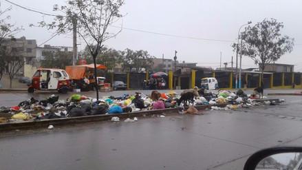 V.M.T.: Distrito se hunde entre montículos de basura