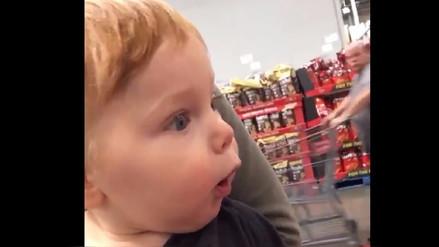 Video  Bebé tiene tierna reacción al ver las decoraciones navideñas