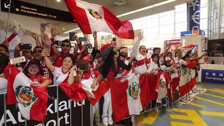 Hinchas peruanos armaron la fiesta en el aeropuerto de Nueva Zelanda