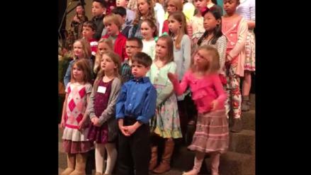 Video | Niña se roba el show en coro de iglesia con desenfrenado baile