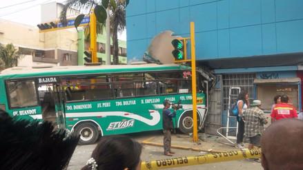 Un bus de transporte público quedó empotrado en una óptica en Lince