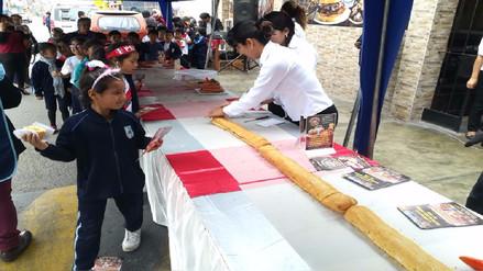 Huaura celebró aniversario con el sándwich de salchicha más grande del país
