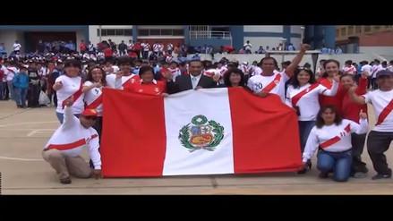 Con símbolos patrios alumnos de San Ramón alientan a selección