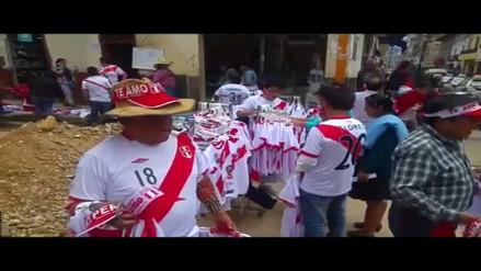 Abarrotan calles comerciales de Cajamarca con polos de la selección