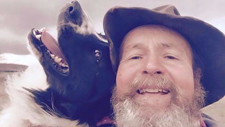 Esta mascota disfruta los selfies más que su dueño