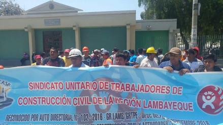 Obreros protestan pidiendo puestos de trabajo en Nueva Ciudad de Olmos