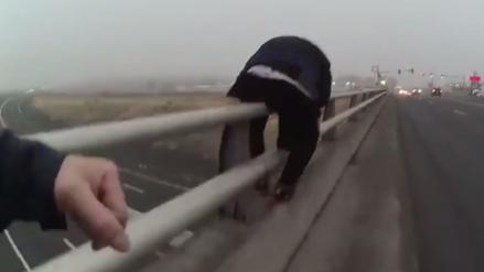 El momento en el que un policía evitó que un hombre se tira de un puente