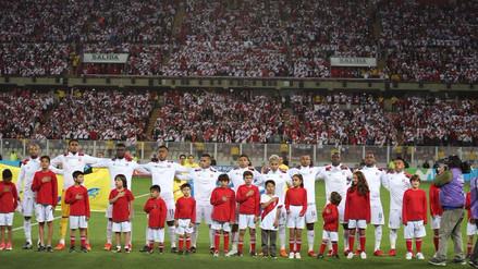 El Himno Nacional retumbó el estadio cantado por hinchas y jugadores