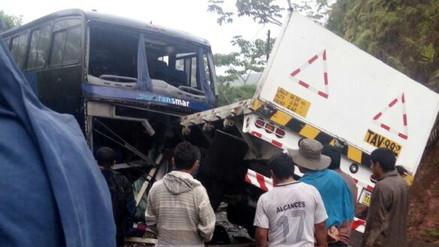 Choque entre tráiler y bus dejó un muerto y seis heridos
