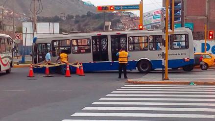 Bus del Corredor Azul quedó varado en el Rímac por agujeros que se formaron en la pista
