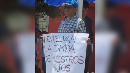 Trabajadores se encadenan para exigir devolución de descuento por huelga