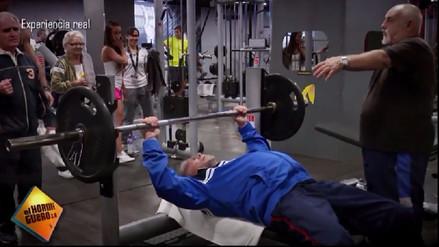 Video | Anciano dio una lección a jóvenes dentro de un gimnasio